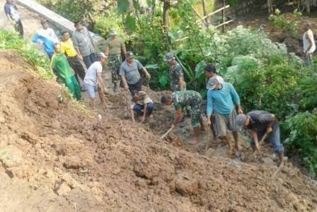 Berita foto dan video Sinar Ngawi terkini: Tanah longsor di desa Ngetos Kecamatan Ngetos Kabupaten Nganjuk akibatkan tiga warga luka-luka
