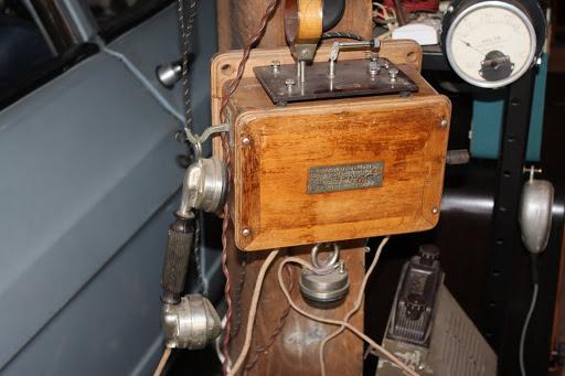 Een antieke telefoon met daarop een kristalontvanger.