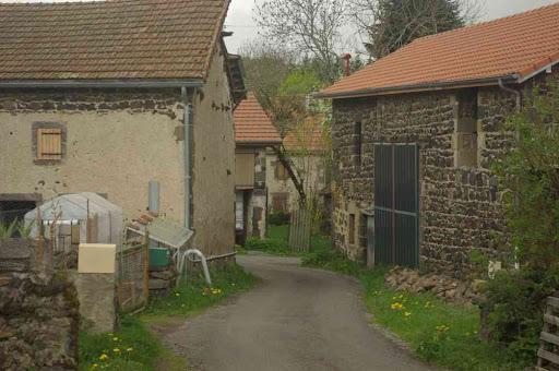 Village en pierres basaltiques (les Roches)