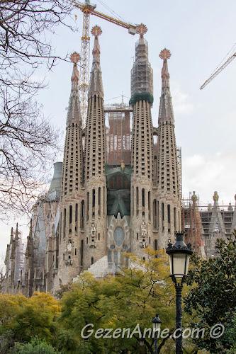 Sagrada Familia kilisesinin modern mimarili yüzü