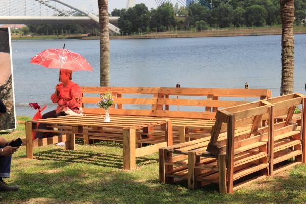 perabot dari kayu tapak kargo