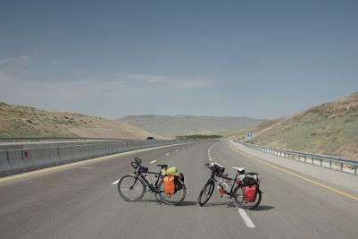 Die Hauptstraße die von Baku nach Westen führt wird gerade ausgebaut.