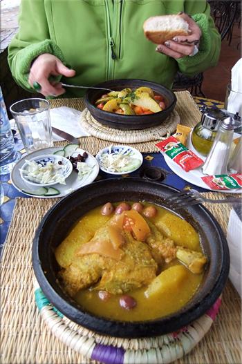 Tajine de pollo (primer plano) y de verdura al fondo