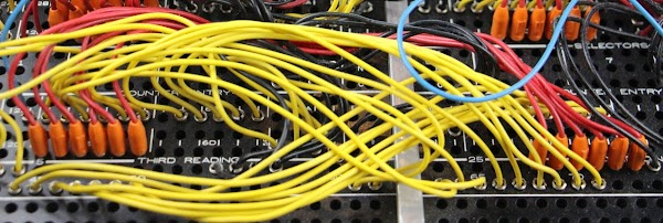 The six red wires connect six columns read from the card (right) to the entry of counter 6C (left).
