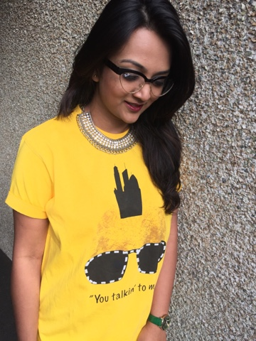 How to style an oversized tshirt, funny t shirts, girl wearing yellow tshirt, tshirts with funny quotes