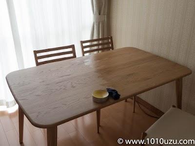 テーブル天板の右半分に蜜蝋を塗ったところ
