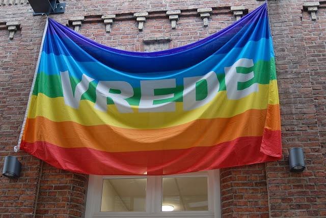 als openingsceremonie werd de Vredesvlag uitgevouwen