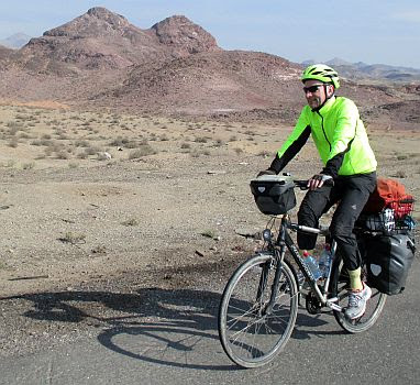 Chris on the Bike auf der Nationalstraße zwischen Teheran und Ghom