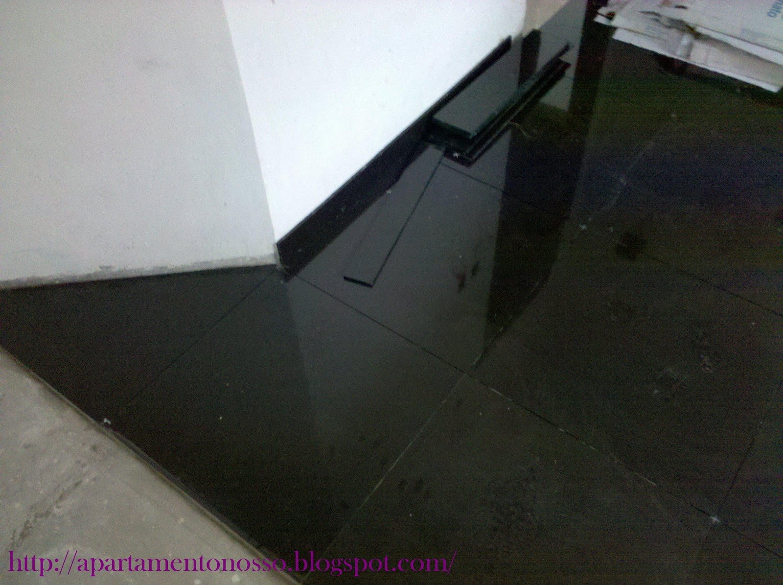 sujo devido a colocação e a cera de proteção que vem no piso #772D70 1600x1195 Banheiro Com Piso Porcelanato Preto