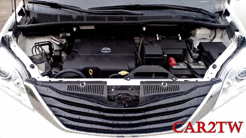 豐田Toyota Sienna馬力269匹,扭力33.9KGM,搭載3456cc V6發動機,如果一台車坐滿八個人,再加上寬廣的行李箱裝滿東西,開起來居然還是游刃有餘,加速超車都沒有問題,這也是Sienna在美國加拿大等常需要長途旅行的國家最大的賣點。