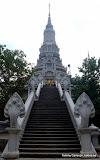 Tempel på toppen vid Oudung. Dom är väldigt för den sjuhövdade ormen.