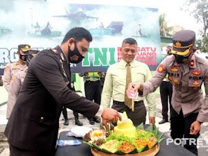 Hadiri Peringatan HUT TNI Ke-76, Kapolres Lumajang Beri Kejutan Kepada Dandim 0821 dan Danyon 527