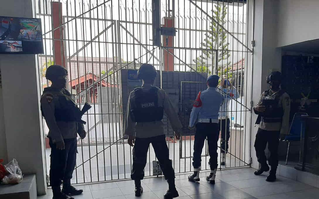 Sambang Dan Patroli Dialogis Ke Lapas Balikpapan Anggota Brimob Polda Kaltim titipkan Pesan Kamtibmas Dan Himbauan Protkes Covid 19