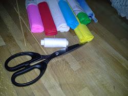 Będziemy potrzebować: różnokolorową bibułę (kolorową na płatki i środek + zieloną na łodygę); nożyczki; patyczki (na łodyżkę); klej.