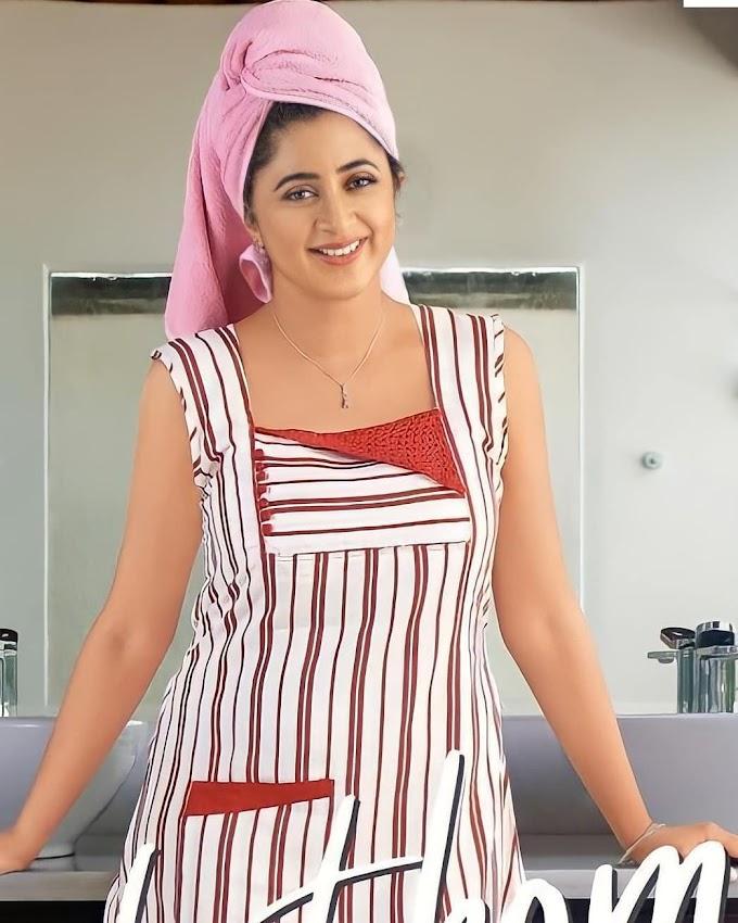 South Indian Actress Kaniha Latest Stylish Pic's