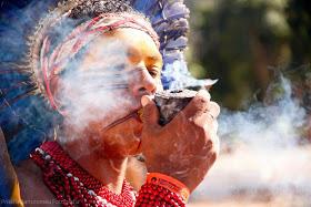 indigena fumando