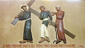 Vème Station : Simon de Cyrène aide Jésus à porter sa croix