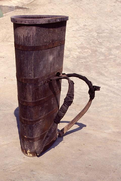 brenta: contenitore da spalla utilizzato per il trasporto di uva e per il travaso di vino (capienza 50 litri)