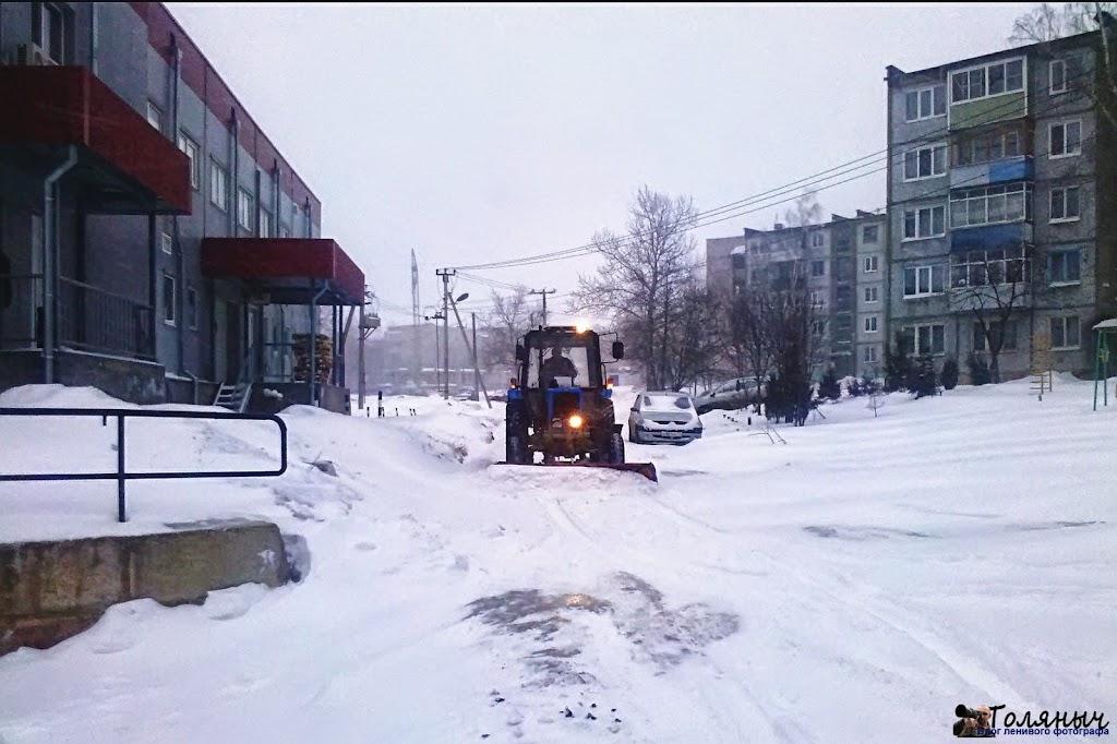 Несмотря на непрекращающийся снегопад техника дороги чистит.