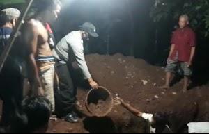 Malam Hari, Bripka Ubay Bantu Warga Menggali Makam Pasien Covid-19