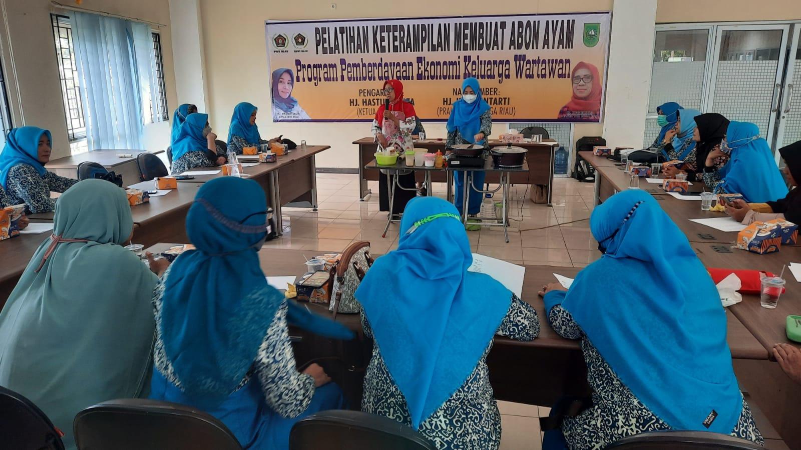 Gelar Pelatihan Keterampilan Membuat Abon Ayam, IKWI Riau Hadirkan Praktisi Tata Boga