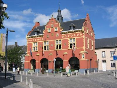 Peer, stadhuis uit 1637. Sindsdien ook nog gevangenis, gerechtsgebouw, bibliotheek en instrumentenmuseum.