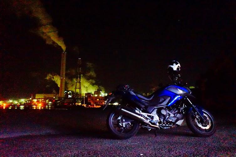 工場夜景とバイク