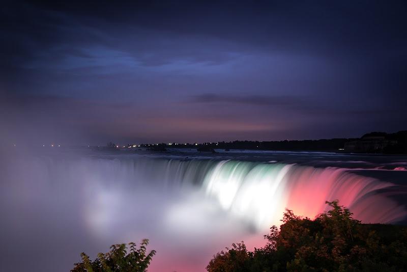 Niagara Falls by Night di GIORGIO VOLPONI