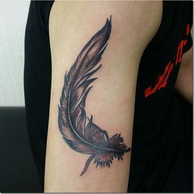 tatuaje_de_pluma_en_tonos_de_gris_en_el_brazo