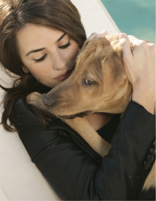 Penelope Cruz and her dog 2