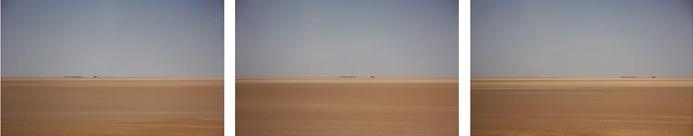 Três fotografias a par centradas sobre um objecto muito distante e quase invisível. Sensação de vazio