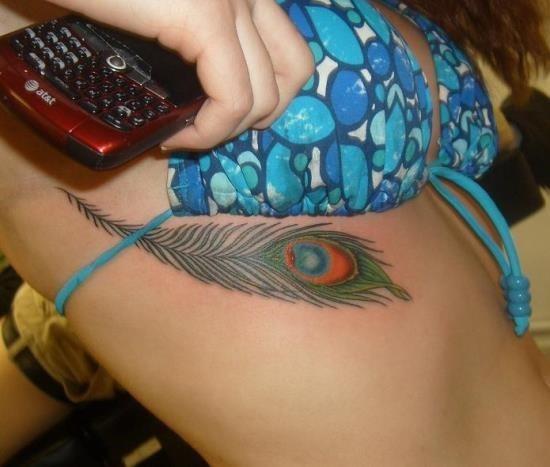 colorido_pena_de_pavo_tatuagem_sob_mama