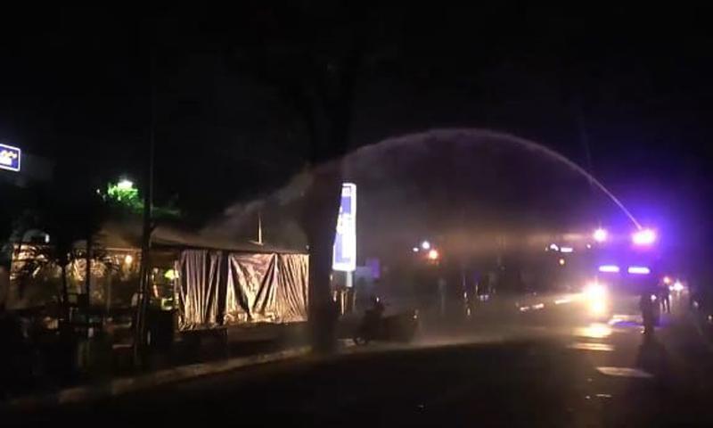 Langgar PPKM Darurat, Warung di Jepara Disemprot Air Mobil Damkar dan Water Cannon