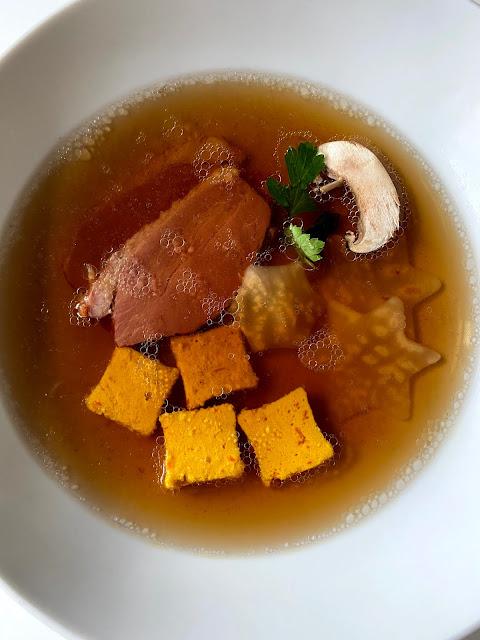 Pilzbouillon, geräucherte Entenbrust, Kürbiseierstich, Sellerie