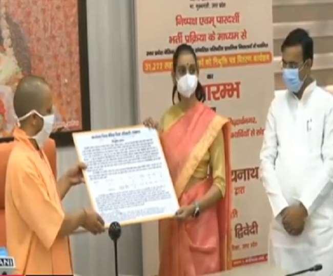 69000 Shikshak Bharti: सीएम योगी आदित्यनाथ ने सहायक अध्यापकों को प्रदान किया नियुक्ति पत्र