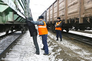 Грабили грузовые составы РЖД на ходу
