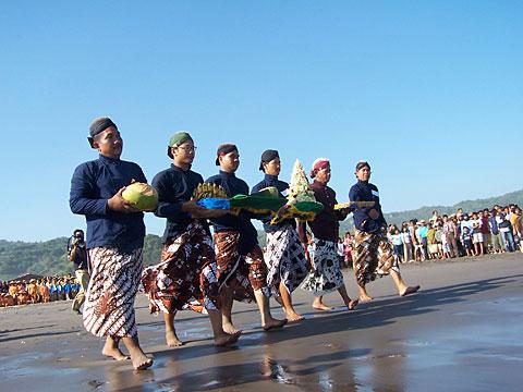 Labuhan+di+Pantai+Parangtritis 2 Pantai Parangtritis, Pantai Paling Terkenal di Yogyakarta