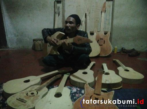 Bantu Eyang dengan Kekurangan Fisiknya, Sulap Limbah Jadi Gitar
