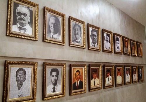 Jajaran para Wali Kota Surabaya, Bu Risma ada di ujung sana (paling bawah)