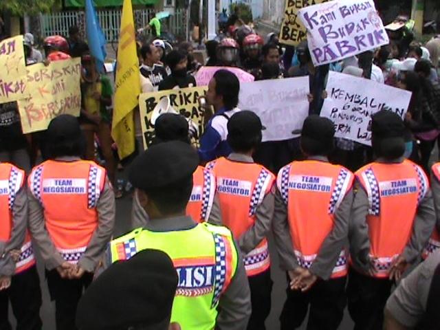 Puluhan Buruh Pabrik Kertas Demo di Gedung Dewan