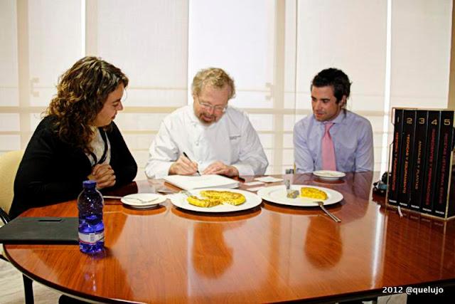 Nathan Myhrvold y Maxime Bilet (coautores de modernist Cuisine) y Luz Divina Merchán del equipo de quelujo