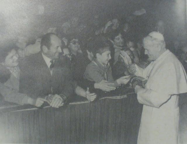 Giacomo consegna al Papa il foulard degli Amici Domenico Savio