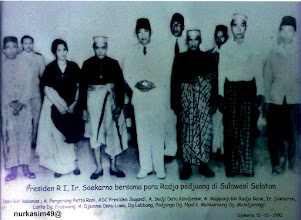 Photo: Berdiri di depan dari kiri ke kanan: Andi Pangerang Petta Rani, Andi Sodji Datu Kanje'nne (isteri Andi Abdullah Bau Massepe Datu Suppa, Andi Mappanyukki, Ir. Soekarno (Presiden RI), Andi Djemma Datu Luwu, Padjonga Daeng Ngalle Karaeng Polombangkeng,  Makkaraeng Daeng Manjarung. Berdiri di belakang dari kiri ke kanan: Soegandi (ADC Presiden RI),  Lanto Daeng Pasewang,  Daeng Labbang. http://nurkasim49.blogspot.hk/2011/12/v.html