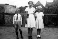 Kooij, Maartje, Geertruida en Piet in Ameide 1944.jpg