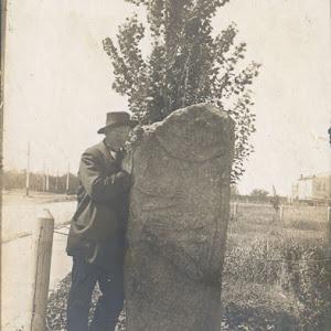 Д.Яворницький-біля-скіфської-стели-у-1916-р.jpg