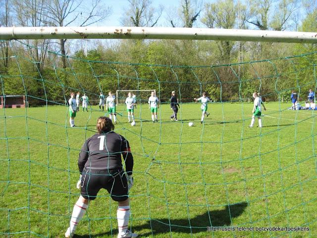 Albatros-17april2010 - vrouwenvoetbal_naarGoalTrappen.jpg