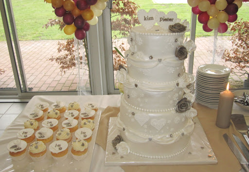 871 Bruidstaart en cupcakes.JPG