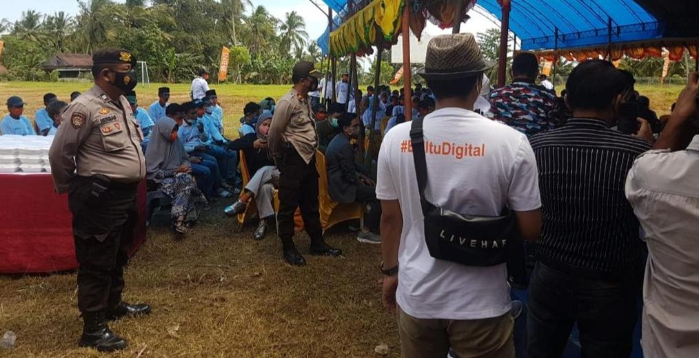 Puluhan Personil Polres Soppeng Dikerahkan Dalam Kegiatan Dana KUR Tani di Desa Tetewatu