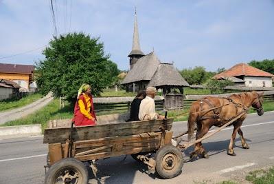 Holzkirche und Pferdekarren in Racas