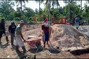 Masyarakat Desa Cimanuk Berserta Aparatur Desa Membangun Lapangan bola voli17 Juni 2021